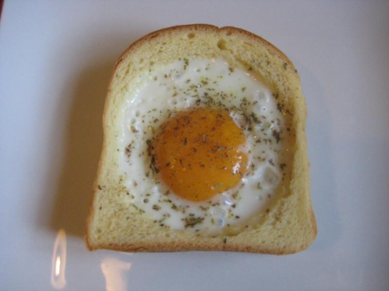 Spiegelei im Toastbrot (Ei im Korb)