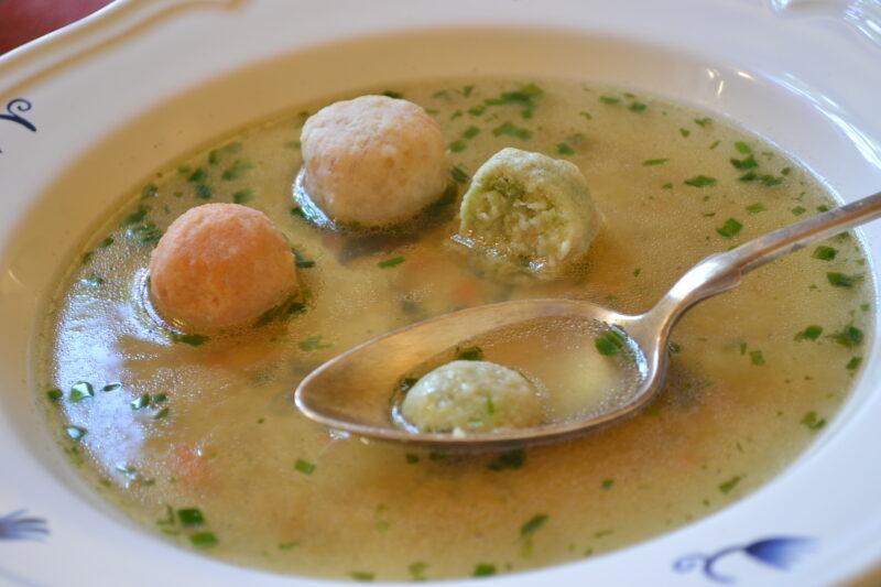 Suppe mit bunten Knödeln