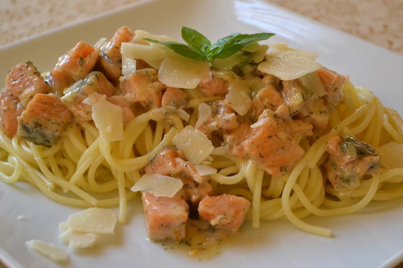 Spaghetti mit Lachs und Weißwein-Rahmsauce